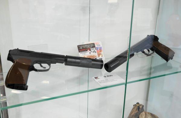 金属球をガス圧で飛ばす空気銃。9400ルーブル(約1万6000円)。空気銃なのにサイレンサーがつき