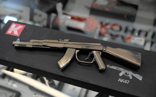 AK47の卓上ライターは、約1900ルーブル。長さ20センチほどで、ディスプレイ台つき