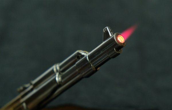 引き金を引くと銃口から炎が吹き出します