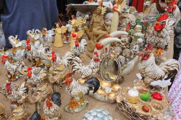 酉年を迎える直前、店頭に並んだニワトリの置物たち