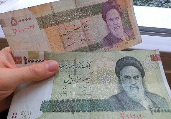 イランのお札。イスラム革命をなしとげたホメイニ師が描かれています