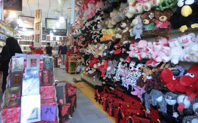 イランの雑貨屋さん。左下に並んでいるのがカード類です