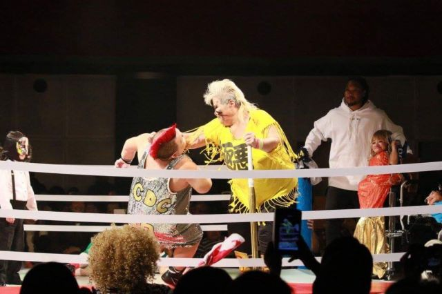 イベントでは障害者によるプロレスも行われ、観客たちが熱狂した