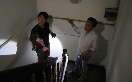 タイでのロケで廃墟を訪れた北野さん(右)