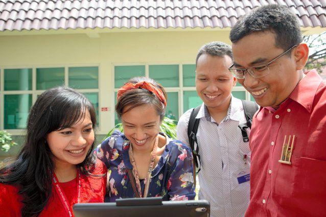 ジャルジャルの「国名わけっこ」の動画を見て笑うインドネシア人たち=2018年12月、南タンゲラン市