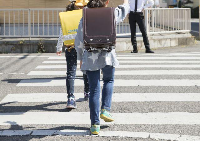 泣く長女を集団登校の列に連れて行ったこともありました(写真はイメージです)