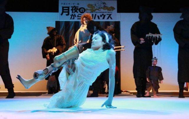 舞台で躍動する義足のダンサー・森田かずよさん