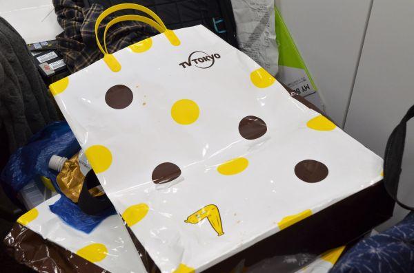 無造作に置かれたテレビ東京の袋