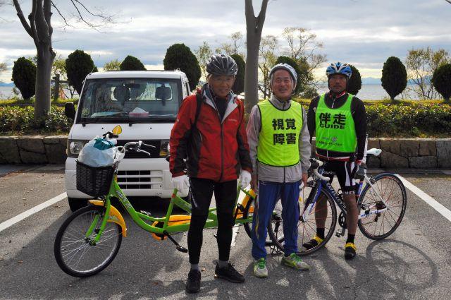 奥びわスポーツの森にゴールした山野勝美さん(中央)と平岡行雄さん(左)、伴走の黒田一臣さん