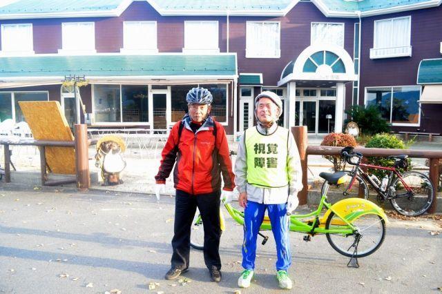 初日の約90キロを走り終え、琵琶湖大橋西の宿舎に到着した山野勝美さん(右)と平岡行雄さん=11月23日午後3時23分、滋賀県大津市、大野宏撮影