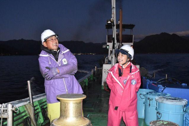 定置網に向かう途中、仲間の世古隆一さん(左)と談笑する田中優未さん