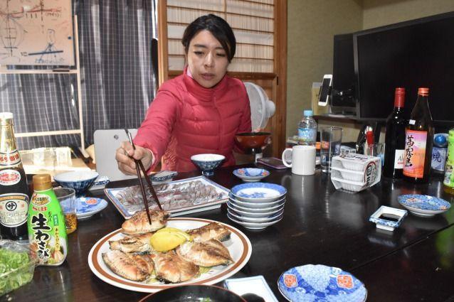 漁を終えた後、とれたての魚で一緒に朝食を取った。この後、田中優未さんは定置網の点検のため、再び海へ向かった=2018年11月23日