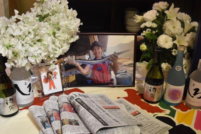 田中優未さんのお別れ会の会場では、大好きだった焼酎が花や写真と共に置かれた=2018年12月16日、広部憲太郎撮影
