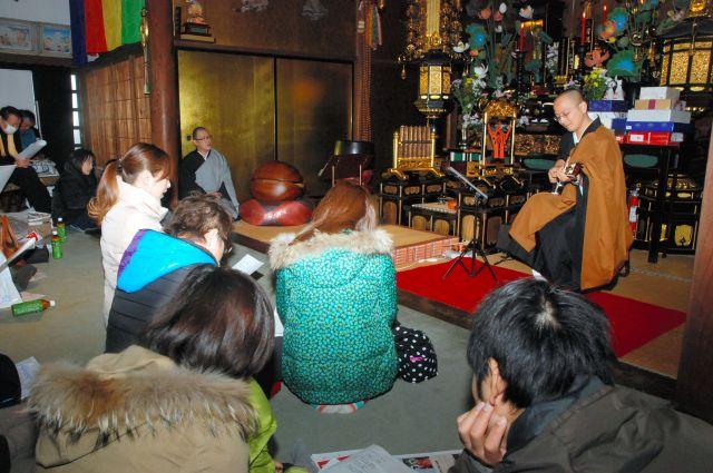 井上広法さんのお寺で開かれたギターの弾き語りイベント=2012年12月24日