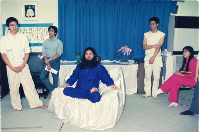 記者会見に臨むオウム真理教元代表の松本智津夫(麻原彰晃)元死刑囚=1990年10月25日