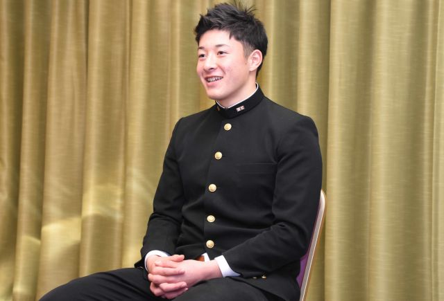 笑顔で受け答えをする吉田輝星投手=2018年12月13日、野城千穂撮影