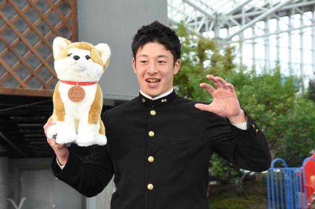 恥ずかしそうに秋田犬のポーズをする吉田輝星投手=2018年11月15日