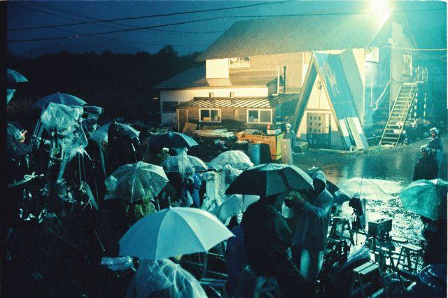 オウム真理教元代表の松本智津夫(麻原彰晃)元死刑囚が潜んでいるとみられた第6サティアン付近に詰め掛けて待機する報道陣=1995年5月15日