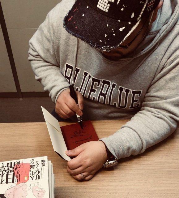 1月4日発売の新著『一発屋芸人の不本意な日常』にサインをする男爵さん
