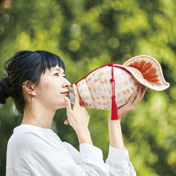 フェリシモが発売した「吹いてる!? 飲んでる! ほら貝ペットボトルケース」