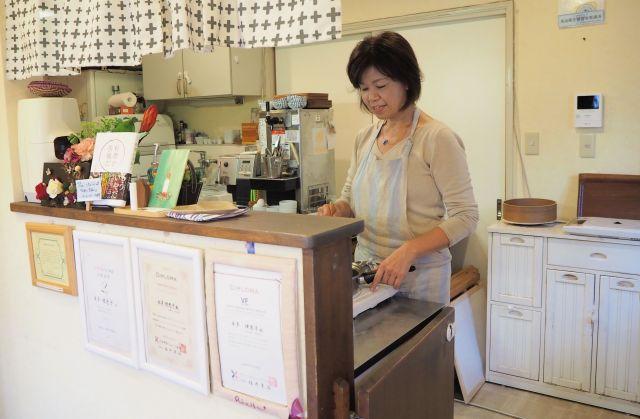 「Cafe Rietta(カフェリエッタ)」のキッチンに立つ本多理恵子さん。ここで「見て食べるだけ!作らない料理教室」を開いている=神奈川県鎌倉市