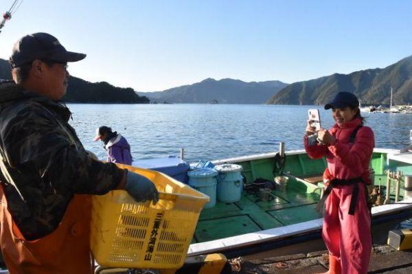 捕れた魚を写真に収める田中優未さん。インスタグラムで漁業に関する発信を始めたばかりだった