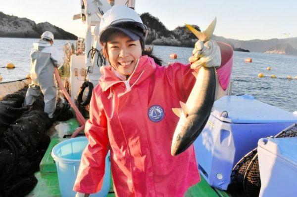 釣り上げた魚を手に笑顔を見せる田中優未さん。この数時間後に事故で急逝した=2018年11月23日