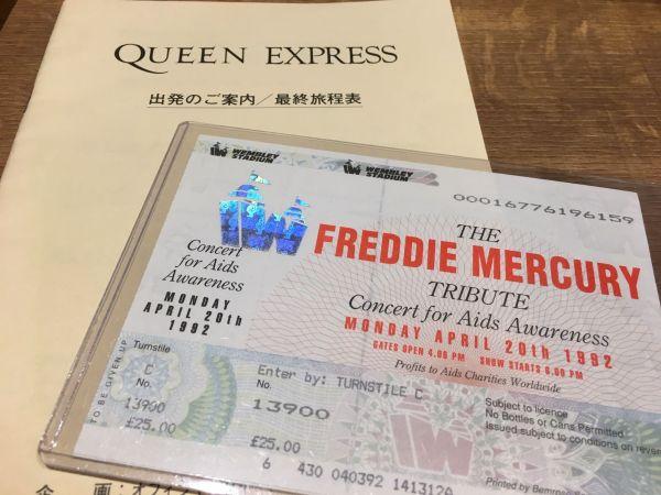 フレディ追悼コンサートのチケット。写真の「お宝」は、すべてファンの吉田仁志さん所蔵のもの。