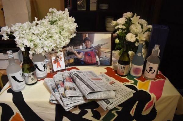 田中優未さんのお別れ会の会場では、大好きだった焼酎が花や写真と共に置かれた=2018年12月16日