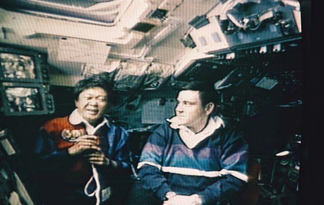 1994年7月、スペースシャトル「コロンビア」に乗った向井さんは、宇宙からテレビを通じて河野洋平副総理(当時)と話した。右はカバナ船長。宇宙では体液が上半身に移動するため、顔がむくんで見える=NASAテレビから