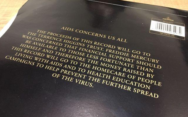 フレディが亡くなった直後に再発売された「ボヘミアン・ラプソディ」。収益金を寄付することを示す文章が書かれている。