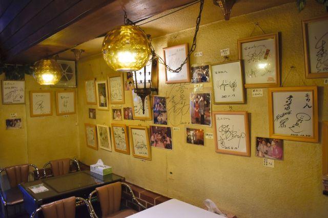 「あまちゃん」に登場した喫茶店のモデルとされる「喫茶モカ」には、壁一面に出演者らのサインが飾られている=2018年11月2日、岩手県久慈市