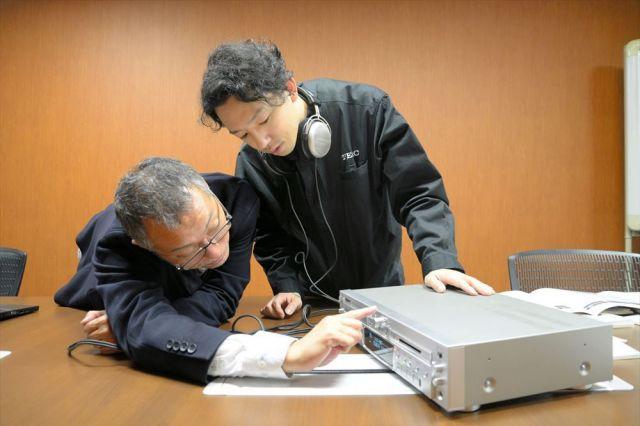 MDを聞くために、調整してくれる寺井さん(右)と加藤さん