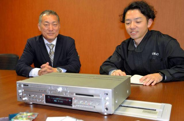 ティアックの広報寺井翔太さん(右)と企画・販売促進課の加藤丈和課長に話を聞きました