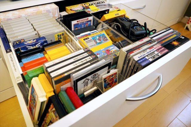記者の自宅リビングにあるゲームソフト類を収めた引き出し。「ファミコン」や「PCエンジン」用など古いものばかりで、お気に入りです