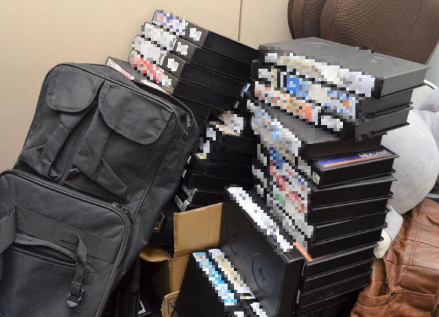 スタッフルームにはこれまで取材したテープの山々(写真の一部を加工しています)