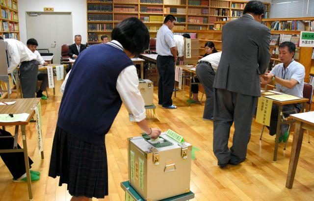 衆院選の期日前投票をする高校生ら=2017年10月16日、長崎県雲仙市の小浜高校