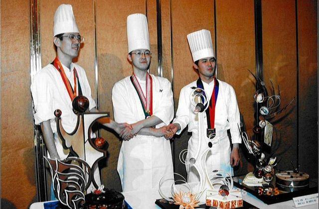 修業を積んでいた頃の辻󠄀口博啓シェフ(中央)。パティシエのコンクールで何度も優勝していました=アーシュ・ツジグチ提供