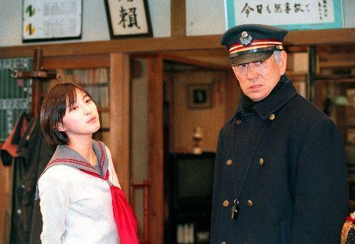 映画「鉄道員」で高倉健さん(右)と共演した=1999(平成11)年