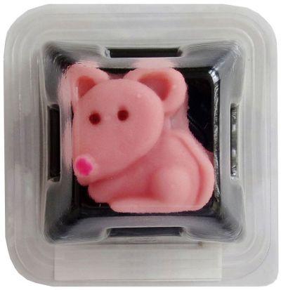 ネズミをかたどった和生菓子。ネコが干支に入れなかった理由はネズミにだまされたからという説があります。