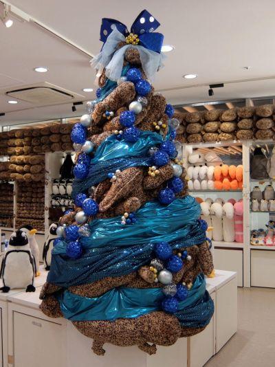 昨年末に飾られていたオオサンショウウオのぬいぐるみを使ったツリー(現在はありません)