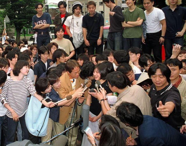早稲田大学に登校し、マスコミのインタビューに答える=1999(平成11)年