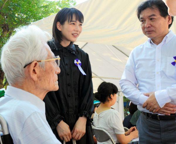 映画の取材に協力した高橋久さん(左)と話すのんさんと片渕須直監督=2018年8月6日、広島市