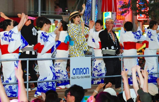 盆踊りの輪の中で「ダンシング・ヒーロー」を熱唱する荻野目洋子さん(中央)=2018年7月29日夜、愛知県一宮市、戸村登撮影