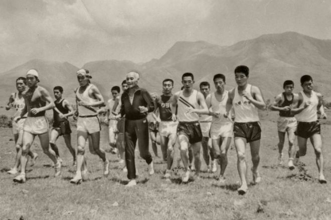 1968年6月、金栗四三さんを中心に久住高原を走る選手たち。メキシコ・オリンピックめざしての高地訓練の様子。前列左から宇佐美彰朗(リッカー)、佐々木精一郎(九州電工)の両五輪候補選手