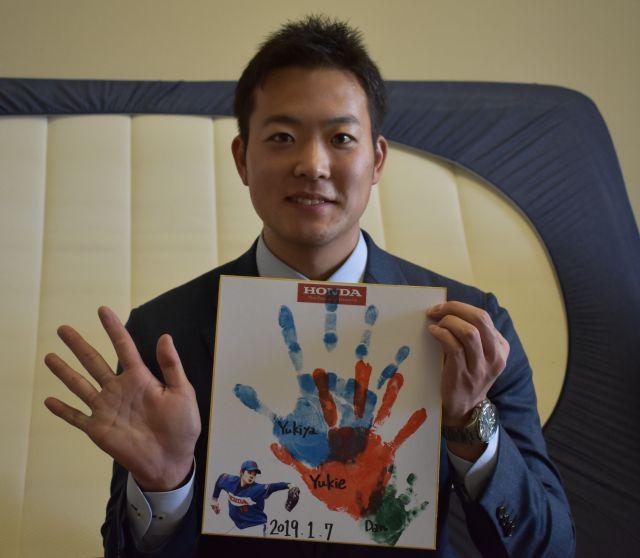 阪神4位の斎藤友貴哉投手は、家族の手形とともに入寮