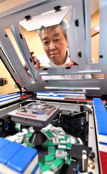 宮川秀一さん 修理した全自動麻雀卓、延べ約4万台 /ささき商事 営業部(66歳)=伊ケ崎忍撮影