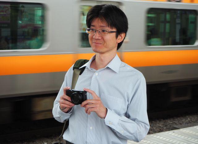 「駅を実際に目で見て調査することもある」という三上さん=JR高円寺駅、滝沢卓撮影