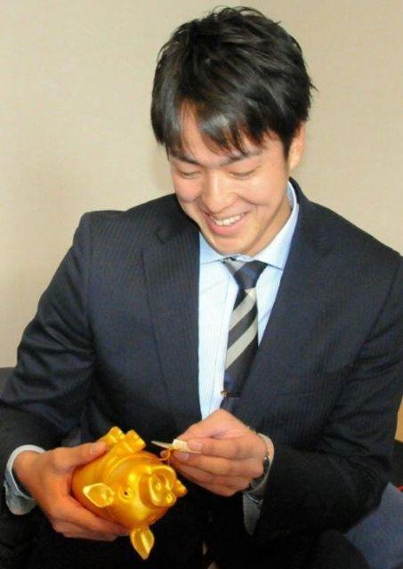 「金の豚」を持参した中日2位の梅津晃大投手は、値札を見て苦笑い