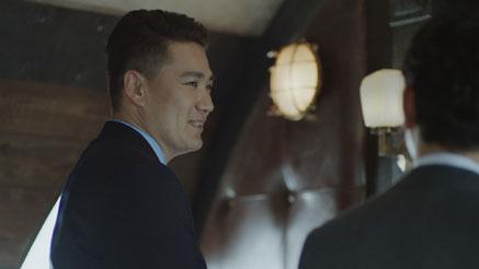 笑顔を見せながらも真剣な表情で質問に答える田中選手
